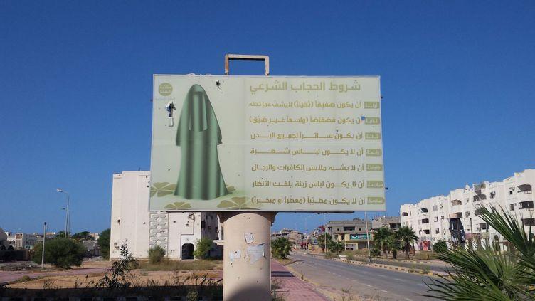 A Syrte en Libye, un panneau, le 4 octobre dernier, montre que les femmes étaient contraintes par les jihadistes de Daech de disparaître derrière un niqab comme à Raqqa et Mossoul (RADIO FRANCE / Omar Ouahmane)