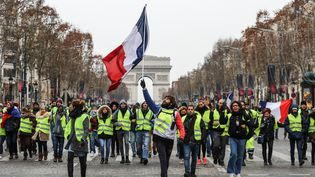 """Des """"gilets jaunes"""", le 15 décembre 2018 sur les Champs-Elysées à Paris. (VALERY HACHE / AFP)"""
