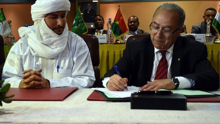 Le secrétaire du MNLA, bilal Ag Acherif, et le ministres des Affaires étrangères algérienRamtane Lamamra, médiateur dans le conflit malien, à Alger, le 19 février 2015. (FAROUK BATICHE / AFP)