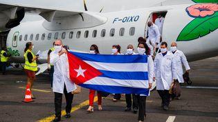 Une équipe de médecins cubains arrivent à l'aéroport Martinique-Aimé-Césaire, au Lamentin, le 26 juin 2020. (LIONEL CHAMOISEAU / AFP)