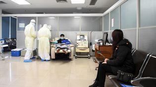 Un patient guéri du nouveau coronavirus donneson sang pour les malades du Covid-19, le 17 février 2020 à Chongqing (Chine). (TANG YI / XINHUA / AFP)