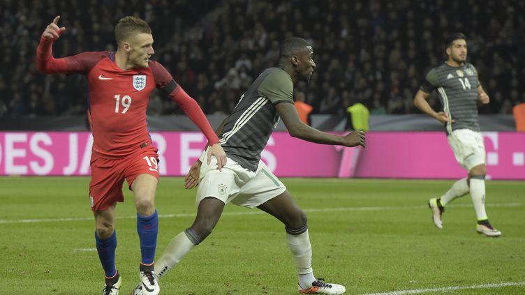 La joie du buteur Vardy devant Ruediger après l'égalisation de l'Angleterre face à l'Allemagne