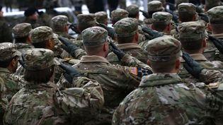 Des soldats de l'armée américaine lors d'une cérémonie de l'Otan à Zagan, en Pologne, le 14 janvier 2017. (KACPER PEMPEL / REUTERS)