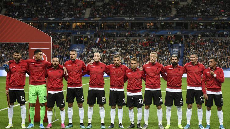 Les joueurs de l'Albanie durant les hymnes lors du match France-Albanie samedi 7 septembre 2019 au Stade de France, à Saint-Denis (Seine-Saint-Denis). (LIONEL BONAVENTURE / AFP)