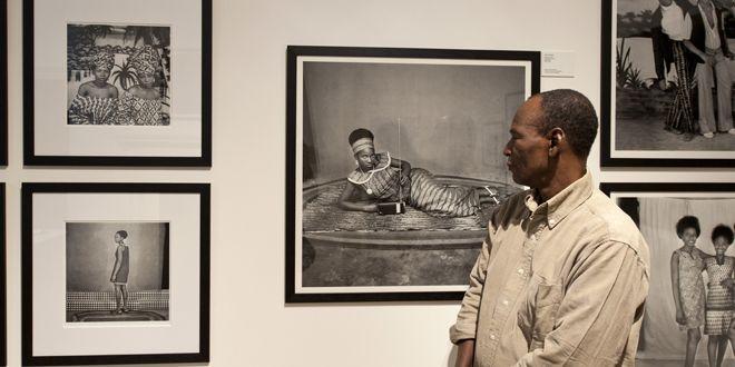 Un visiteur devant les photos d'Adama Kouyate  (Will Oliver/AFP)