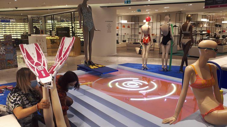Des employées du Printemps s'affairent pour remettre le magasin en ordre avant sa réouverture. (SOPHIE AUVIGNE / FRANCE-INFO)
