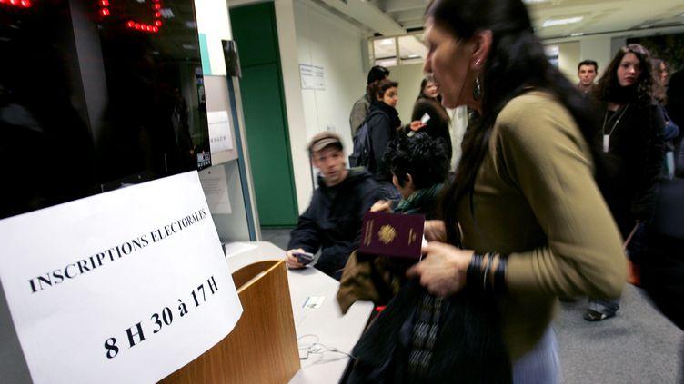 Des personnes patientent pour s'inscrire sur les listes électorales en vues des élections présidentielles de 2007, le 29 décembre 2006 à la mairie de Strasbourg (photo d'illustration). (JEAN-CHRISTOPHE VERHAEGEN / AFP)