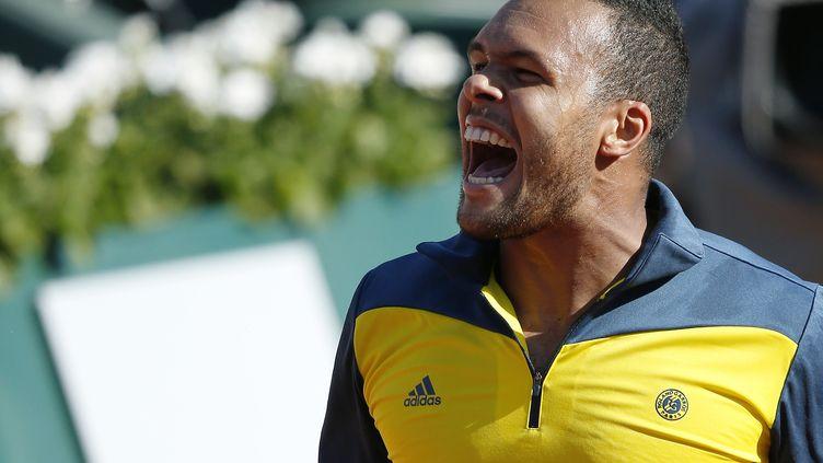 Jo-Wilfried Tsonga célèbre sa victoire face à Roger Federer, mardi 4 juin à Roland-Garros (Paris). (THOMAS COEX / AFP)
