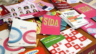 Des prospectus sur un stand de dépistage gratuit contre le sida à Thionville (Moselle). (MAXPPP)