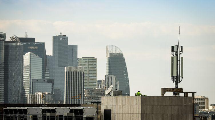 Une antenne de relais téléphonique et le quartier d'affaires de la Défense à Paris. Photo d'illustration. (THOMAS PADILLA / MAXPPP)