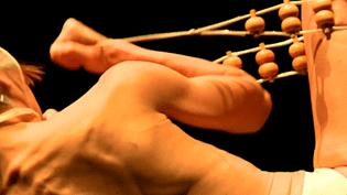 Combat dénonce le mal que l'on peut se faire au nom des apparences.  (France 3 / Culturebox)