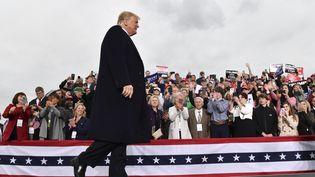 Le président des Etats-Unis, Donald Trump, lors d'un meeting à l'aéroport d'Huntington, en Virginie-Occidentale (Etats-Unis), le 2 novembre 2018. (NICHOLAS KAMM / AFP)