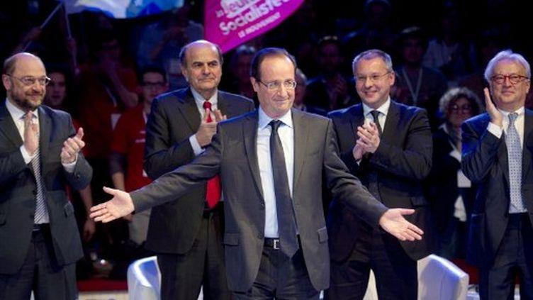 François Hollande avec les leaders sociaux-démocrates européens (FRED DUFOUR / AFP)