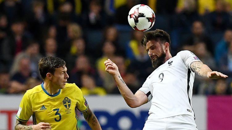 Victor Lindelof face à Olivier Giroud  (FRANCK FIFE / AFP)