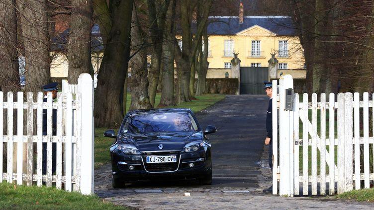 Une voiture sort de la résidence de la Lanterne à Versailles (Yvelines), le 19 janvier 2014. (  MAXPPP)