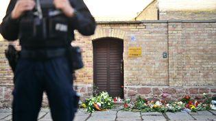 Un policier devant la synagoguedevant la synagogue de Halle (Allemagne), jeudi 10 octobre, après l'attaque du lieu de culte par un homme lourdement armé. (CLEMENS BILAN / EPA)