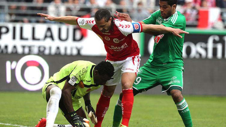 Kossi Agassa et Mickael Tacalfred protègent le ballon devant Brandao (FRANCOIS NASCIMBENI / AFP)