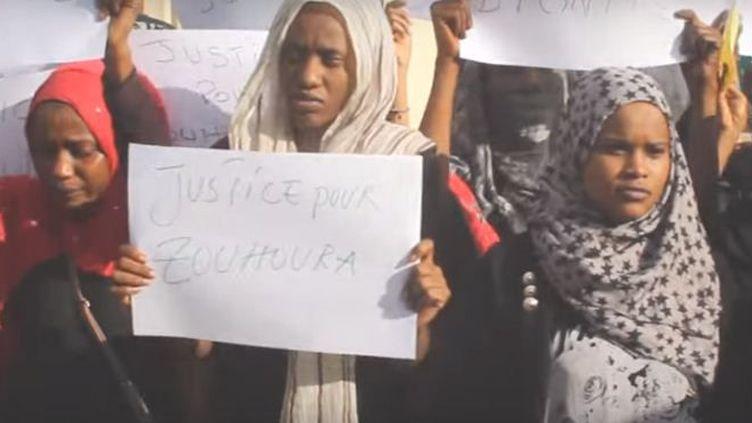 Un groupe de jeunes filles manifeste devant le domicile de la jeune Zouhoura, victime d'un viol collectif, à N'Djamena le 15 février 2016. (Capture d'écran )