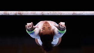 La Française Mélanie de Jesus Dos Santos lors de l'épreuve des barres asymétriques lors de la finale du concours général de gymnastique, le 27 août 2021 à Tokyo. (LOIC VENANCE / AFP)