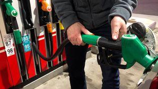 Un conducteur fait le plein de sans-plomb 95 dans une station service. Photo d'illustration. (AURÉLIEN ACCART / FRANCE-INFO)