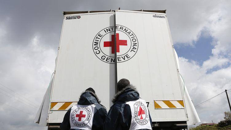 Des humanitaires de la Croix-Rouge à la frontière entre Israël et la Syrie, le 5 mars 2013. (BAZ RATNER / REUTERS)