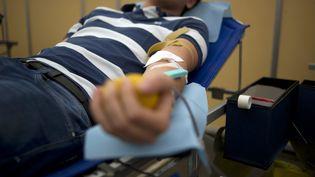 Un volontaire donne son sang à Paris, le 14 juin 2011. (FRED DUFOUR / AFP)
