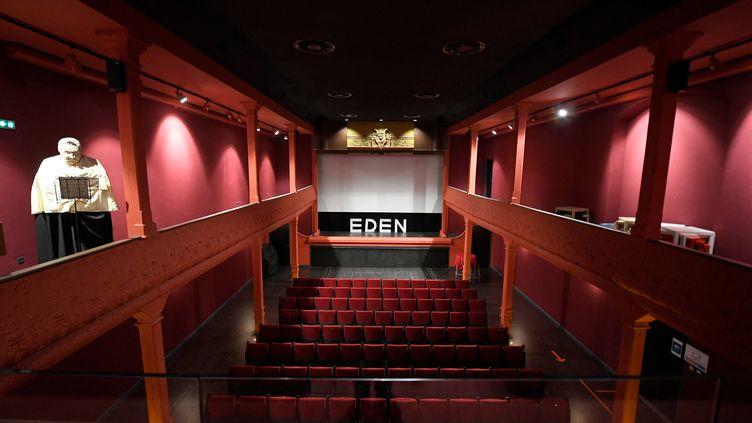 La salle du cinéma l'Eden-Théâtre, plus vieux cinéma au monde encore en activité, le 13 juillet 2021. (NICOLAS TUCAT / AFP)