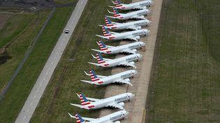 Des avions de la compagnie américaine American Airlines sur le tarmac de l'aéroport de Tulsa, le 23 mars 2020. (NICK OXFORD / REUTERS)