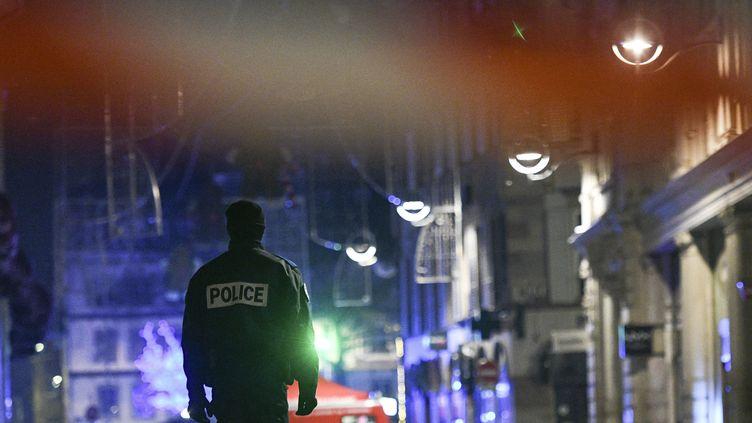 Un policier dans la rue des Grandes Arcades, à Strasbourg, le 11 décembre 2018, quelques heures après un attentat qui a fait cinq morts. (SEBASTIEN BOZON / AFP)
