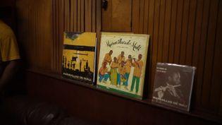 """Les pochettes des albums des """"Maravillas de Mali"""", groupe de jeunes étudiants maliens formés à la musique à Cuba. Le documentaire """"Africa Mia"""" revient sur leur aventure inédite. (NEW STORY)"""