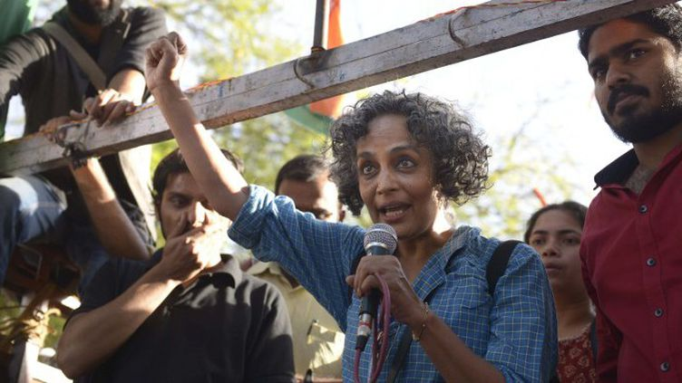 Arundathi Roy prend la parole durant une manifestation étudiante protestant contre le gouvernement du parti Bharatiya Janata à Jantar Matar, New Delhi  (THE INDIA TODAY GROUP / INDIA TODAY GROUP)