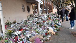 Fleurs et messages en hommage à Samuel Paty, devant le collège du Bois d'Aulne, à Conflans-Sainte-Honorine, le 19 octobre 2020.Illustration. (RÉMI BRANCATO / FRANCE-INTER)