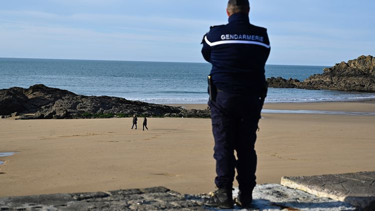 Un gendarme patrouille sur la plage de la ville de Saint-Lunaire(Ille-et-Vilaine), le 17 mars 2020. (DAMIEN MEYER / AFP)