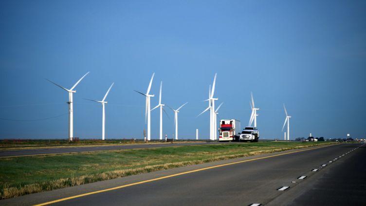 Des éoliennes le long d'une route au Texas (USA). (PAUL HARRIS / ARCHIVE PHOTOS)