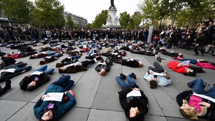 """Un """"die-in"""" est organisé place de la République à Paris pour dénoncer les féminicides en France, le 19 octobre 2019. (DOMINIQUE FAGET / AFP)"""