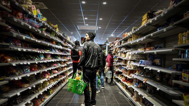 Des clients font leurs courses dans un supermarché de Toulouse (Haute-Garonne), le 16 mars 2020. (BEN ART CORE / HANS LUCAS / AFP)