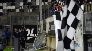 Une barrière s'est effondrée au stade de la Licorne, à Amiens (Somme), le 30 septembre 2017. (FRANCOIS LO PRESTI / AFP)