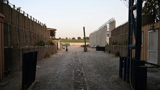 L'entrée de l'ambassadedu Canada à Kaboul, évacuée en raison de l'avancée des talibans dans la capitale afghane, le 15 août 2021. (WAKIL KOHSAR / AFP)
