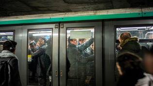 Un métro à la station Châtelet à Paris, le 16 décembre 2019. (MARTIN BUREAU / AFP)