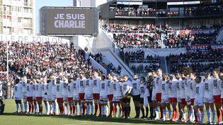 """L'hommage aux victimes des attentats s'est invité jusque sur les terrains de sport. Avant le match du Top 14 de rugby, les joueurs du RC Toulon et du Racing-Métro ont arboré un t-shirt """"Je suis Charlie"""". (FRANCK PENNANT / AFP)"""