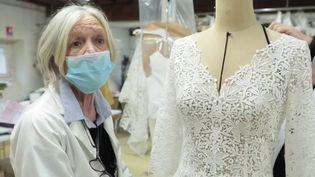 Artisanat : des robes de mariée aux nuisettes, des couturières s'adaptent à la crise sanitaire (France 3)