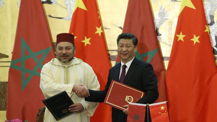 Le fait que Mohamed VI et sa délégation se soumettent à un «dress code» traditionnel pour rencontrer le numéro un chinois, est parfaitement calculé. C'est ce qu'explique le publicitaire marocainNoureddine Ayouch, àTel Quel Maroc:«C'est un signal intelligent envoyé par le roi, qui veut montrer à ses hôtes que nous sommes un pays de tradition, d'authenticité, mais qui sait les allier avec la modernité. Un peu comme la Chine».Le roi a voulu, selon lui,«montrer aux Chinois que le Maroc aussi accorde de l'importance à son histoire». Depuis deux ans, le Maroc mise sur une stratégie «main dans la main» avec la Chine, mais les échanges engagés restent trois fois inférieurs à ceux entre Pékin et Alger. Petit marché à l'échelle mondiale, le Maroc cherche à diversifier ses partenaires économiques. Après la Chine, Mohamed VI se rendra en Inde, deux Etats capables d'influer sur des sujets sensibles comme celui du Sahara occidental. (AFP PHOTO / POOL / Kim Kyung-Hoon )