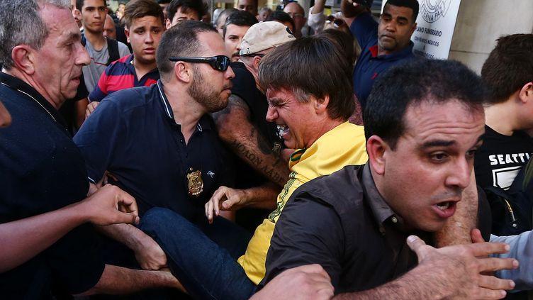 Jair Bolsonaro, candidat de l'extrême droite à la présidentielle d'octobre au Brésil, est transporté après avoir été blessé à l'arme blanche le 6 septembre 2018 à Juiz de Fora (sud-est). (FABIO MOTTA / ESTADAO CONTEUDO / REUTERS)