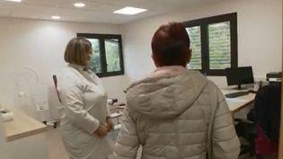 De nombreuses régions françaises subissent les affres de la désertification médicale. Jeudi 8 octobre, une équipe du 13 Heures a suivi Isabelle Thuet, médecin généraliste, lors de son premier jour au centre de santé privé de Castelsarrasin en Haute-Garonne, un désert médical. (FRANCE 2)