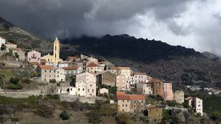 Un village en Corse, avant l'orage (illustration). (PASCAL POCHARD-CASABIANCA / AFP)