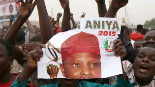 Des supporters de Muhammadu Buhari exultent après sa victoire à la présidentielle, le 31 mars 2015, à Kano (Nigeria). (GORAN TOMASEVIC / REUTERS)