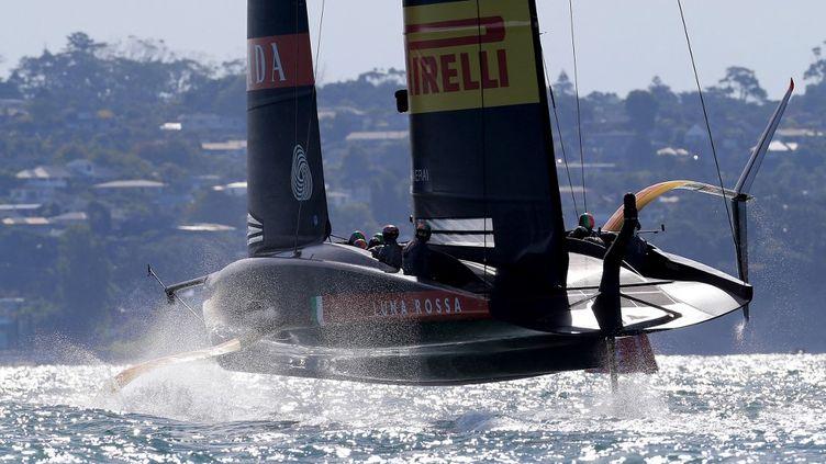 Luna Rossa en phase préparatoire de la 36e Coupe de l'America dans la baie d'Auckland, le 21 février 2021. (GILLES MARTIN-RAGET / AFP)