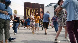 Des personnes dansant surl'esplanade devant l'Institut du monde arabe, à Paris, le 20 juin 2021. (MYRIAM TIRLER / HANS LUCAS)
