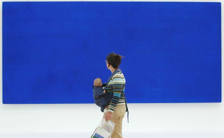 Dans une rétrospective Yves Klein à Francfort, en 2004.  (BERND KAMMERER/AP/SIPA)