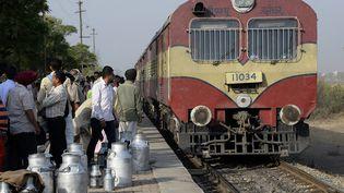 Un train arrive à quai dans une gare du nord du Pendjab, en Inde. (SHAMMI MEHRA / AFP)